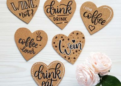 Korkuntersetzer für Getränke in Herzform mit Lettering