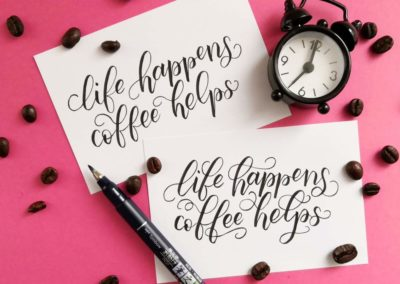 Kaffee Spruch mit Lettering und Schnörkeln - life happens - coffee helps