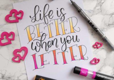 Handlettering mit bunten Farbübergängen: Life is bette when you letter