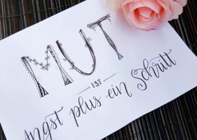 Mut ist Angst plus ein Schritt - Spruch mit Lettering