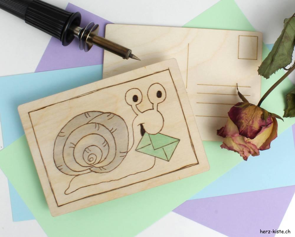 Schneckenpost oder Snail Mail - eine Holzkarte mit Brandmalerei und einer Schnecke mit einem Brief