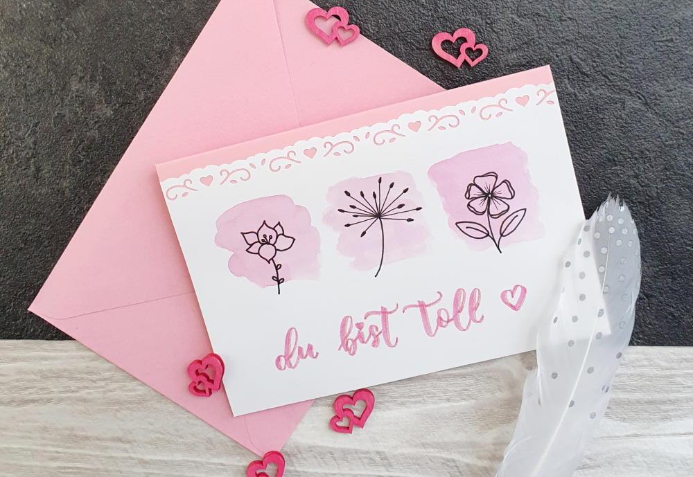 Karte in rosa: Du bist toll in Brush Lettering mit Blümchen und Watercolor