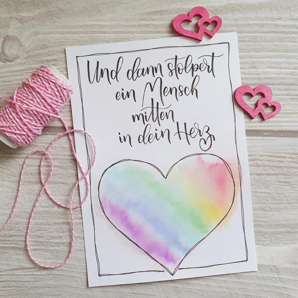 Lettering Karte mit Aquarell Herz mit einem Spruch über Freundschaft: Und dann stolpert ein Mensch mitten in dein Herz