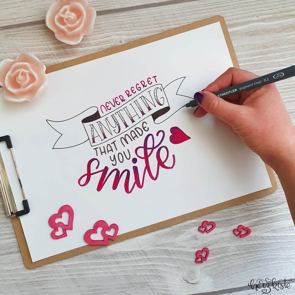 Mut machender Lettering Spruch: Never regret anything that made you smile